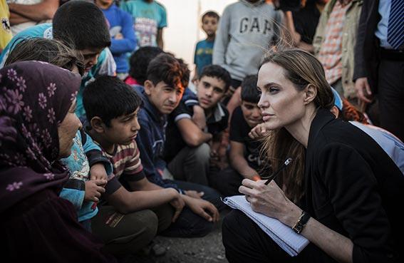 جولي تعتزم تبني طفل من سوريا