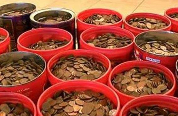 يودع 226 كيلو من النقود في البنك