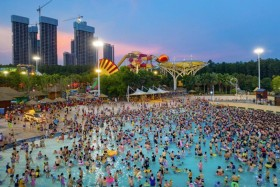 أشخاص يستمتعون في حوض سباحة في ووهان بمقاطعة هوبي بوسط الصين في يوم حار.  أ ف ب