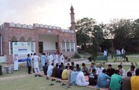 أعضاء سفارة الدولة في إسلام آباد ينفذون مشروع إفطار الصائم في حرم الجامعة الإسلامية العالمية