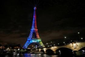 برج إيفل مضاء بألوان العلم الأولمبي خلال إطلاق حملة دولية لمحاولة باريس لاستضافة دورة الألعاب الأولمبية 2024. (رويترز)
