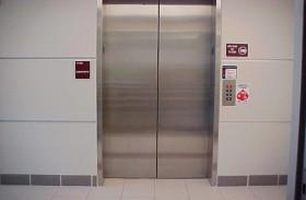يحتجز في المصعد لشهر كامل