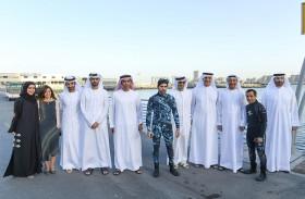 حمدان بن محمد يشارك في تنظيف قاع الميناء السياحي خلال اليوم العالمي للتطوع