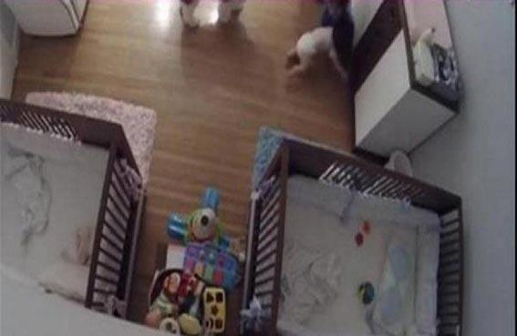 يتلقف شقيقه الرضيع بعد سقوطه