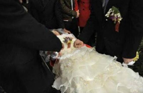 عروس تدخل الزفة في تابوت