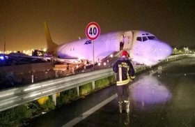هبوط طائرة على طريق سريع