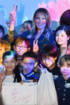 سيدة الولايات المتحدة الأولى ميلانيا ترامب تلتقي بالأطفال أثناء زيارة لمتحف موري ديجيتال للفن الرقمي في طوكيو.  «أ ف ب»