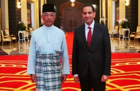 ملك ماليزيا يستقبل سفير الدولة