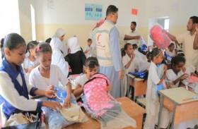 الهلال الأحمر الإماراتي يوزع حقائب مدرسية على الطلاب في تريم بحضرموت