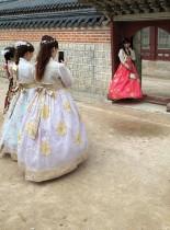 السياح يرتدون الأزياء الكورية التقليدية خلال زيارتهم قصر جيونجبوكجونج  في سول. رويترز
