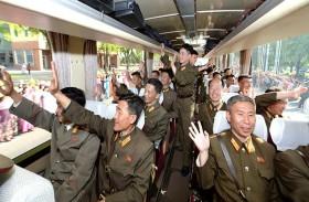 كوريون شماليون يحيون علماء البرنامج البالستي
