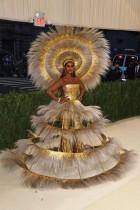 عارضة الأزياء الصومالية الأمريكية إيمان تصل إلى حفل متحف متروبوليتان للفنون و الأزياء في نيويورك.ا ف ب