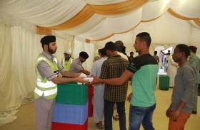 شرطة عجمان توزع وجبات إفطار على الصائمين في الإمارة لتعزيز مسؤوليتها المجتمعية