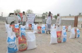 الهلال الأحمر الإماراتي  يوزع مساعدات غذائية على أهالي مديرية غيل بن يمين بحضرموت