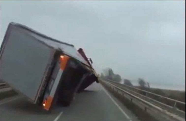 رياح تُقلب شاحنة ضخمة