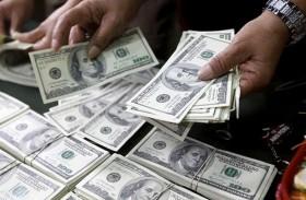 الدولار يتمسك بمكاسبه رغم قلق المتعاملين