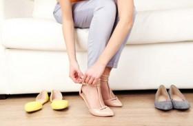 فائدة غريبة لخلع الحذاء فور دخول المنزل