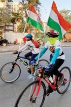 أشخاص يركبون دراجاتهم على الطريق حاملين الأعلام الوطنية خلال احتفالات يوم الجمهورية في مومباي. ا ف ب
