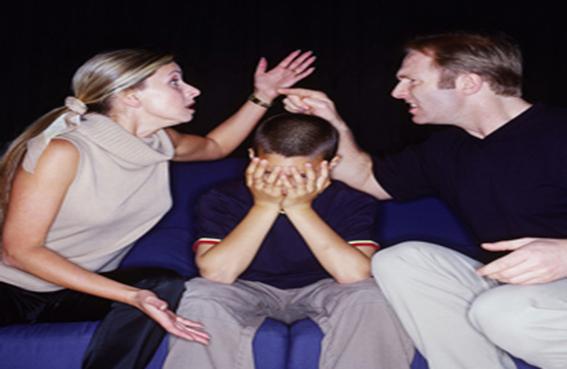 الأب والأم يتبادلان الاتهام بالخيانة فكان الابن هو الضحية