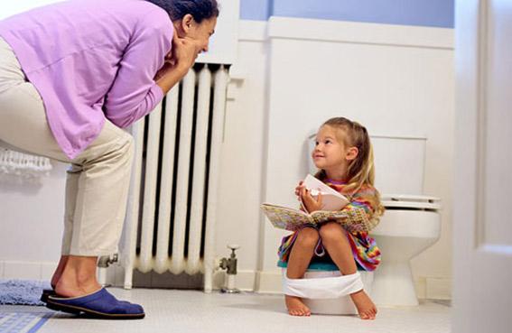 كيف تشجعين طفلك على استخدام الحمام؟