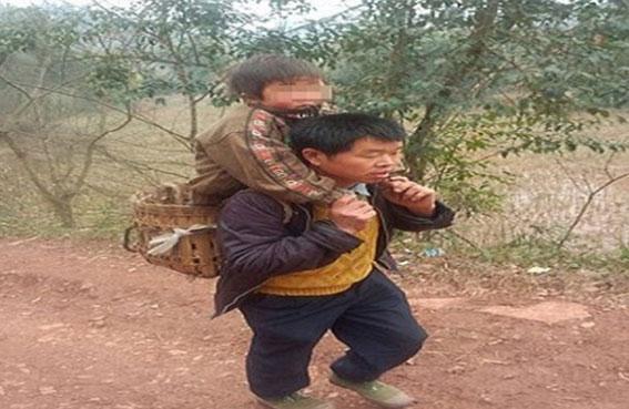 يحمل طفله 18 ميلاً يومياً إلى المدرسة