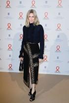 الممثلة الكندية الفرنسية ماري خوسيه كروز خلال مقابلة تصويرية لدى وصولها إلى «عشاء أزياء»، لجمع التبرعات لصالح جمعية سيداكشن الفرنسية لمكافحة الإيدز في باريس. ا ف ب