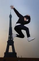 راقص الشوارع الفرنسي بي بوي منير يؤدي عرضا أمام برج إيفل في باريس - ا ف ب