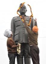 أعضاء منظمة «كل الهند نيتاجي» يضعون إكليلًا على تمثال للزعيم القومي الهندي نيتاجي سوبهاش شاندرا بوس ، للاحتفال بعيد ميلاده الـ 125.  ا ف ب