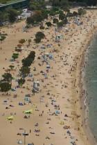 الناس يتجمعون ويسبحون في ريبولس باي مع إعادة فتح الشواطئ في هونغ كونغ مع الالتزام بقواعد التباعد الاجتماعي المتعلقة بـ Covid-19. ا ف ب