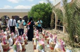 «الهلال الأحمر» يقدم مساعدات غذائية لأهالي تبن والحوطة في لحج