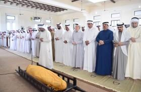 حاكم أم القيوين وولي عهده يؤديان صلاة الجنازة على جثمان محمد بن حميد بن عبدالرحمن الشامسي