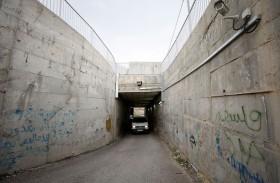 «الجدار العنصري» يحاصر أسرة فلسطينية كالسجن