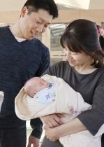 ريوسوك سيكيا، أصغر طفل في العالم البالغ من العمر ستة أشهر، مع والديه قبل يوم واحد من موعد خروجه المقرر من مستشفى في أزومينو، في اليابان حيث ولد في 1 أكتوبر 2018 وكان يزن 258 جرامًا فقط. رويترز