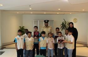 مركز شرطة المرقبات يُطلع طلبة مدرسة الأحمدية على مبادرة «أمن المدارس»