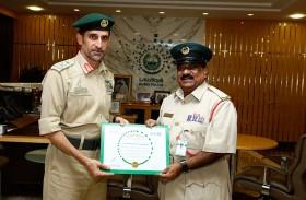 القائد العام لشرطة دبي يكرم مشتاق أحمد أمير تقديراً لعطائه