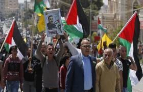 مسؤولون في السلطة يحذرون من انفجار الأوضاع.. انضمام مزيد من الأسرى الفلسطينيين للإضراب عن الطعام