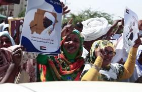 متظاهرون يرفضون تسليم البشير للجنائية