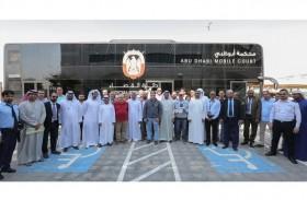 قضاء أبوظبي تسلم مستحقات 762 عاملا عبر المحكمة المتنقلة