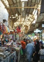 زبائن يتسوقون في سوق الشورجة وسط بغداد قبيل عطلة عيد الأضحى المبارك. ا ف ب