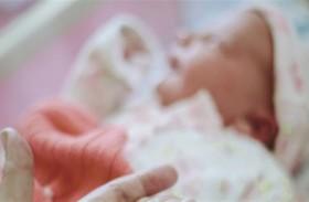 مشفى يحتجز مولوداً لابتزاز الأهل