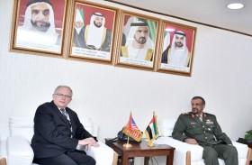 قائد القوات البرية يستقبل عددا من ضيوف معرض دبي للطيران