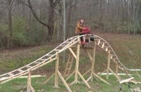 يبني أفعوانية في حديقة منزله
