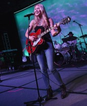 المغنية وكاتبة الأغاني اشلي كامبل تشدو خلال مهرجان بيز الموسيقي 2017 في الولايات المتحدة. (ا ف ب)