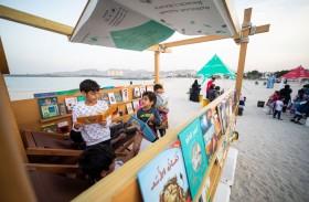 مكتبة الشارقة الشاطئية.. كتب في مختلف الحقول تحط على شاطئ دبا الحصن