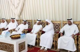 محمد بن حمد بن طحنون يقدم واجب العزاء لذوي الشهيدين زايد العامري وصالح بن عمرو