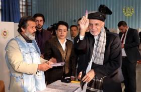 الأفغان يصوتون وسط الفوضى وقتلى في انفجارات