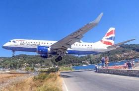 هبوط مخيف لطائرة قرب رؤوس السائحين