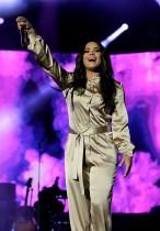 ديمي لوفاتو تتفاعل مع الجمهور خلال مشاركتها بمهرجان موازين العالمي الـ16 للموسيقى في الرباط-المغرب (رويترز)