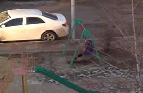 أمٌّ في الدور الرابع تلاعب ابنها في الشارع