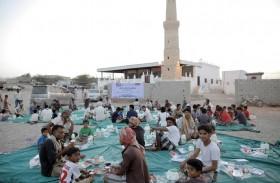الإمارات توزع 80 ألف وجبة إفطار صائم في المحافظات اليمنية المحررة